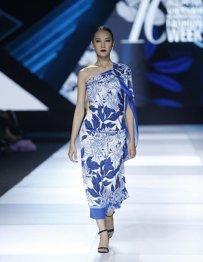 Những đóa hoa trên đỉnh núi Yên Tử được nhà thiết kế lồng ghép khéo léo trên tấm vải lụa mềm mại, tạo thành chiếc váy lệch vai gợi cảm.