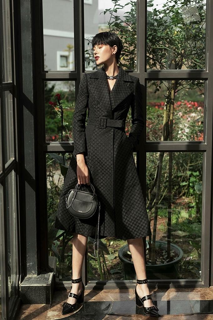 Trong lần kết hợp này, Lê Thanh Hòalên ý tưởng, thiết kế các mẫu giày túi,các nghệ nhân của Vascara chế tác thủ công. Nhờ đó, các sản phẩm giày túi trong Another Day không chỉ mang cá tính thời trang cao cấp, còn thể hiện những xu hướng hiện đại.