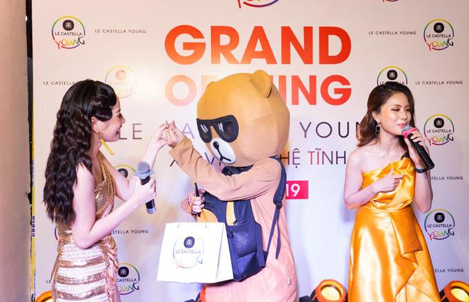 Tại sự kiện, Chi Pu trao ổ bánh bông lan Đài Loan với 3 hương vị mới của Le Castella Young cho một fan cuồng hóa trang thành gấu đứng cổ vũ cô cả buổi tối.