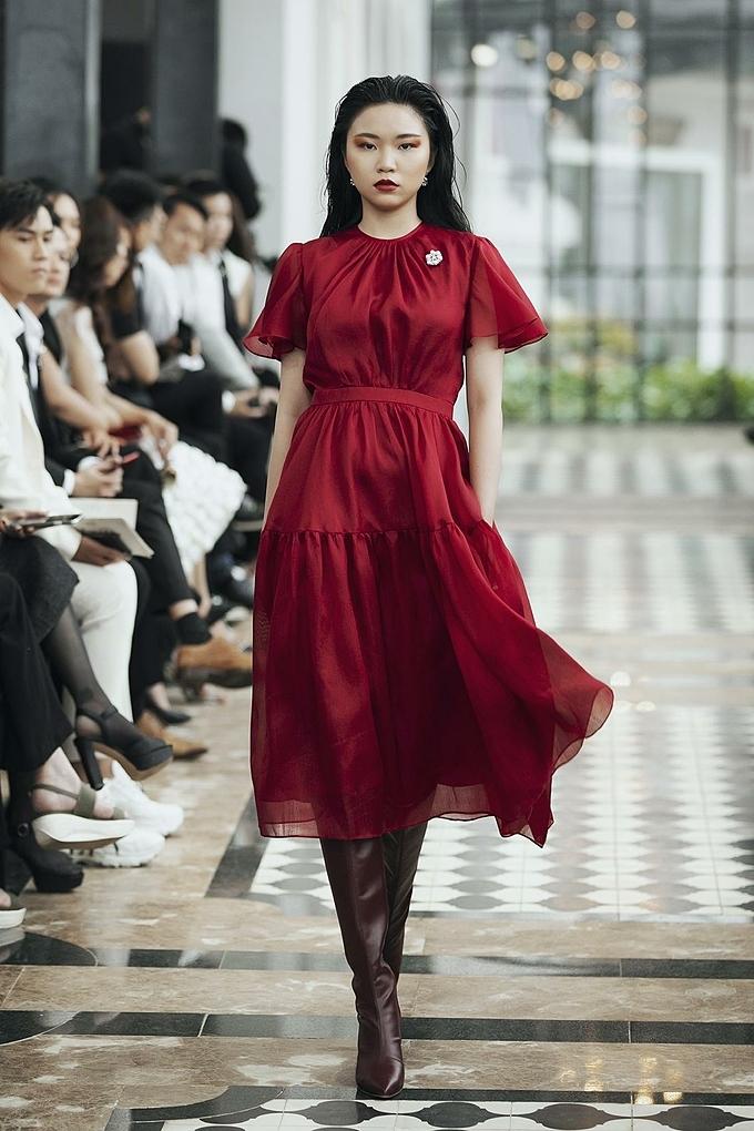 Thay cho sự thô cứng thường thấy, kiểu bootsnàythanh mảnh,mềm mại hơn dưới con mắt sáng tạo của Lê Thanh Hòa và đôi bàn tay của những nghệ nhân da giày Vascara.