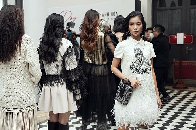 Túi hộp hoa văn thổ cẩm phối chọn khéo léo cùng mẫu váy mang hoạt tiết phụ nữ vùng cao cùng tông.