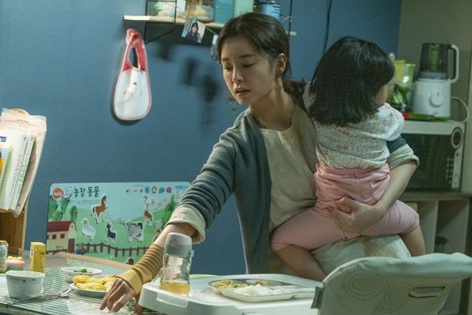 Ji Young một mình lo toan việc nhà.