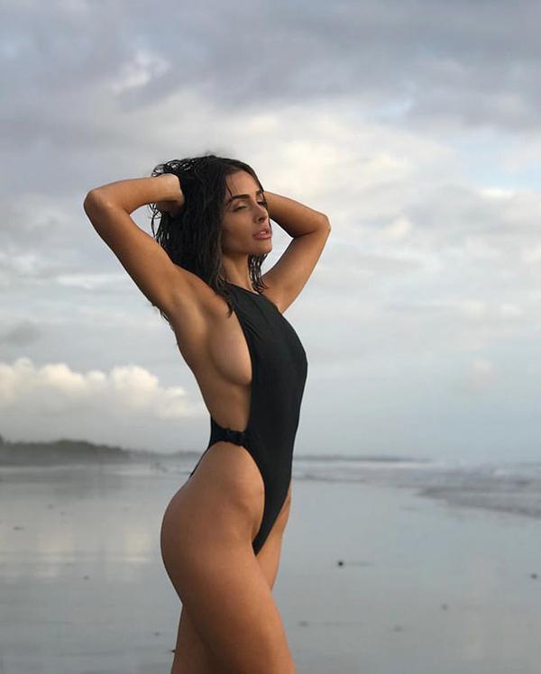 Olivia Culpo tiết lộ hậu trường buổi chụp hìnhcho tạp chí áo tắmSports Illustrated. Cô tạo dáng trên bãi cát với mẫu áo tắm khoe hông táo bạo.