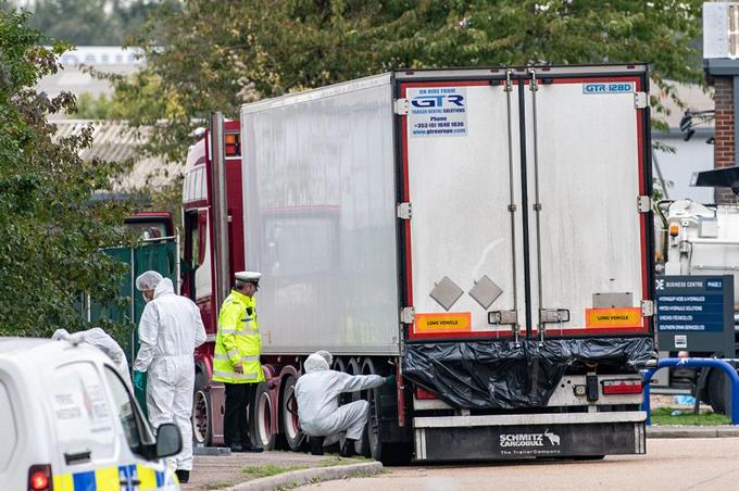 Chiếc xe tải chở 39 thi thể được cảnh sát khám nghiệm tại khu công nghiệp thị trấn Grays, hạt Essex hôm 23/10. Ảnh: SWNS.