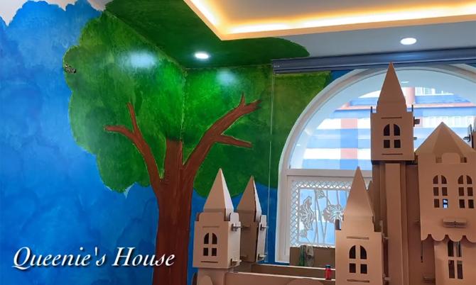 Một góc căn phòng được trang trí bằng bức tranh cây xanh.