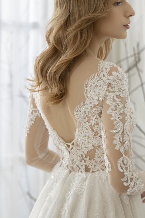 Mặt lưng váy có khoảng hở giúp nàng dâu khoe nước da, tấm lưng mịn màng.