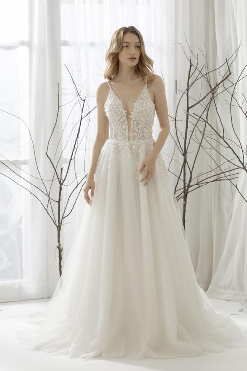 Váy cưới xẻ ngực hai dây phom dáng chữ Alà gợi ý dành cho cô dâu chào bàn, tiếp khách khứa.