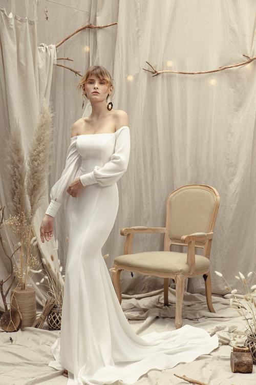 Phần tay áo phồnggợi sự liên tưởng đến thời trang phương Tây thế kỷ 20, mang đến vẻ đẹp vượt thời gian cho cô dâu.
