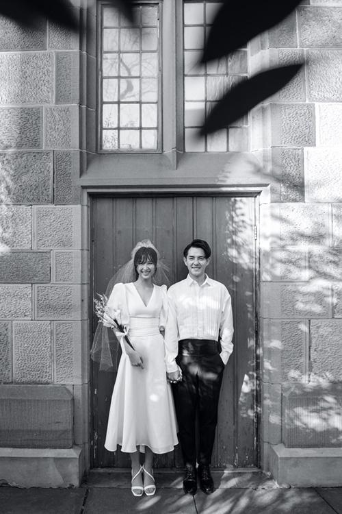 Mẫu váy cưới của Đông Nhi được Lê Thanh Hòa lấy cảm hứng từ chính vẻ đẹp tươi trẻmà không kém phầnquyến rũ của nữ ca sĩ.