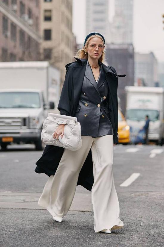 Set đồ mang lại nét thanh lịch và không kém phần cá tính cho bạn gái với vest da, áo choàng tiệp màu và quần suông ống rộng.