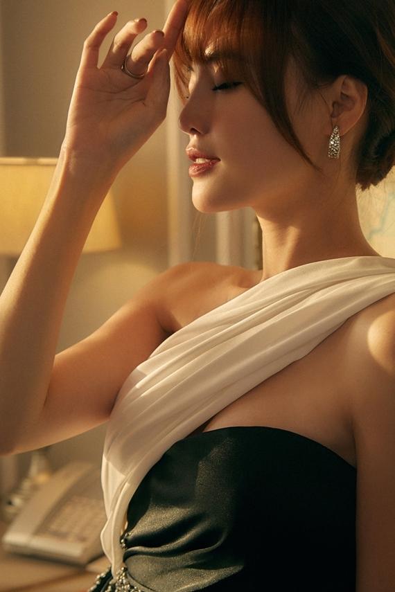Lan Ngọc vào vai Ms. Q - host một chương trình truyền hình chuyên phanh phui bí mật showbiz.