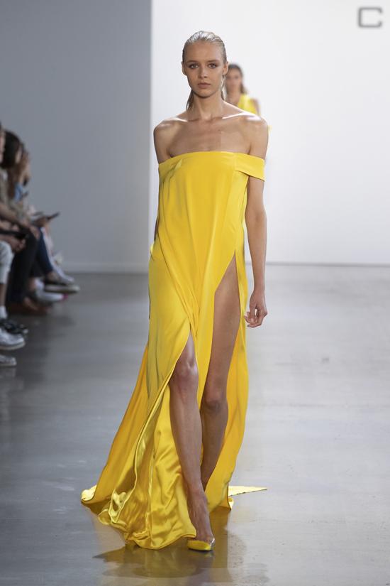 Mẫu váy khoe vai trần Sienna sử dụng nằm trong bộ sưu tập của Công Trí vừa trình làng tại New York Fashion Week.