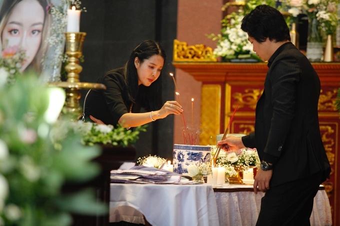 ĐD Đỗ Đức Thành lau nước mắt cho vợ trong đám tang con gái - 5