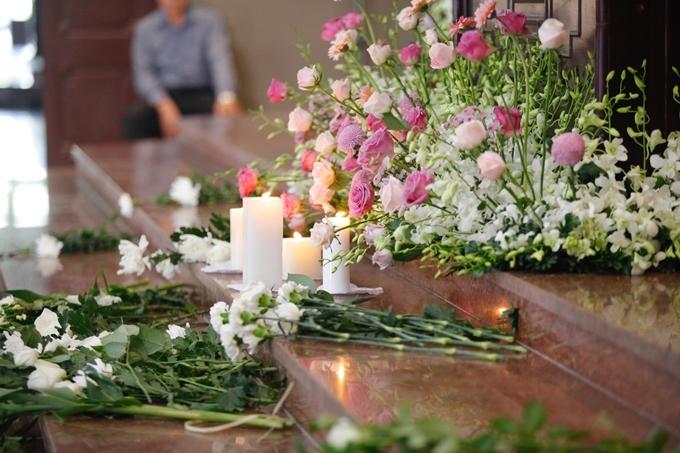 Gia đình Hạnh An mong những người tới viếng không mang vòng hoa. Hoa tươi quanh ban thờ em được chuẩn bị sẵn với những màu trắng, hồng thể hiện cho tuổi 20 nhiều ước mơ, khát khao sống, học tập và trải nghiệm.