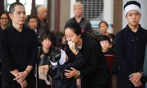 Em gái Hạnh An lau nước mắt cho mẹ