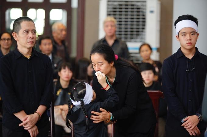 Diệp Linh, em gái Hạnh An, 5 tuổi, an ủi mẹ. Chị Phượng cúi xuống gần con, lặng đi vì nỗi đau lớn.