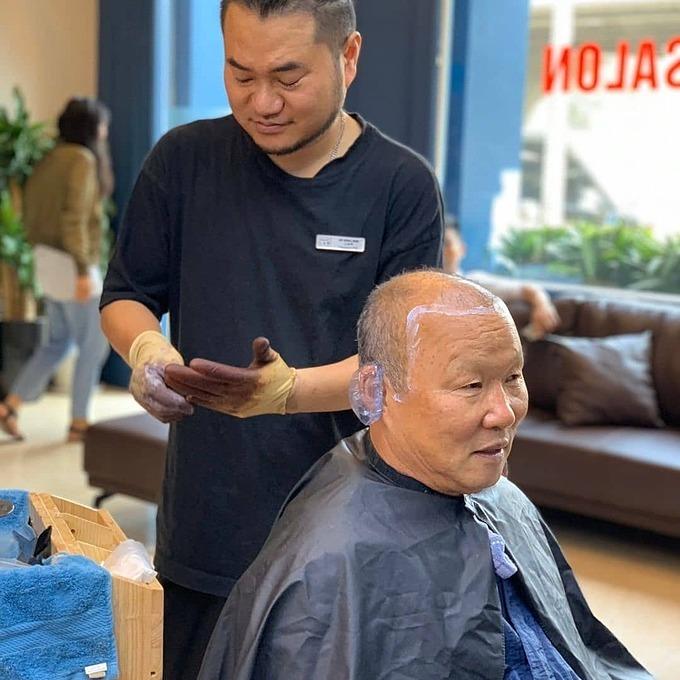 HLV Park Hang-seo trong một salon tóc. Ảnh: OnlycoachPark.