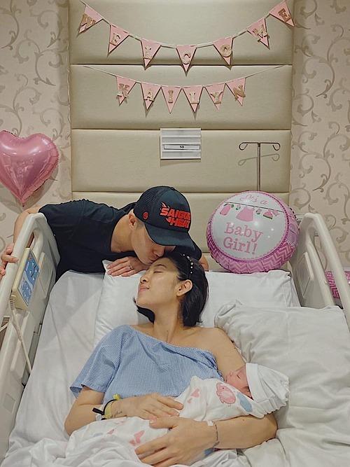 Vợ chồng Yumi Dương hạnh phúc đón con gái đầu lòng.