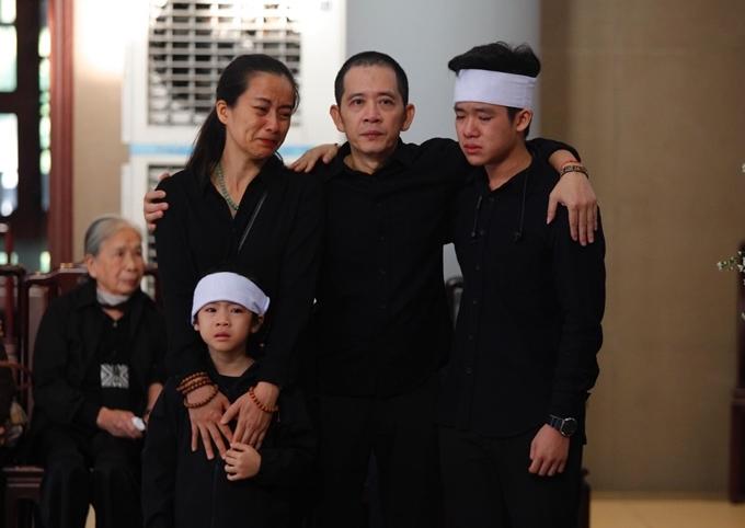Gia đình Hạnh An bên nhau trong giây phút khó khăn.