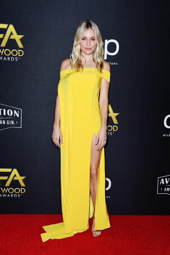Sienna Miller nổi bật trong không gian sang trọng tại trung tâm thành phố California nhờ thiết kế váy vàng tươi của nhà mốt Việt.