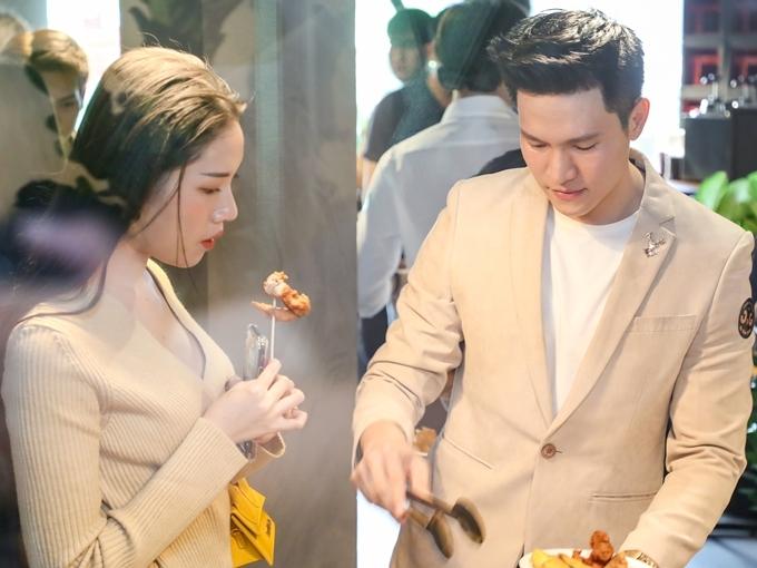 Thanh Thanh Huyền và Minh Anh thưởng thức những món ăn tại sự kiện.
