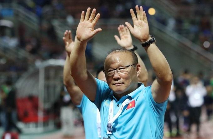 HLV Park cảm ơn người hâm mộ Việt Nam đến sân cổ vũ đội tuyển. Ảnh: Đức Đồng