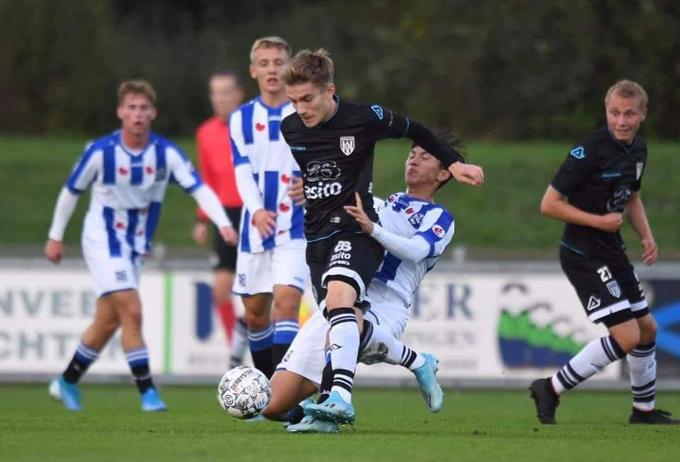 Văn Hậu nỗ lực ở đội trẻ Heerenveen.
