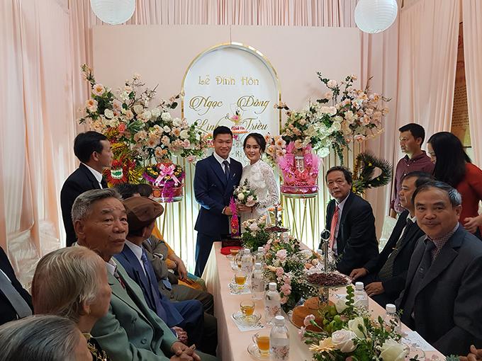 Đông Triều và vợ trong lễ ăn hỏi. Ảnh: NQV.