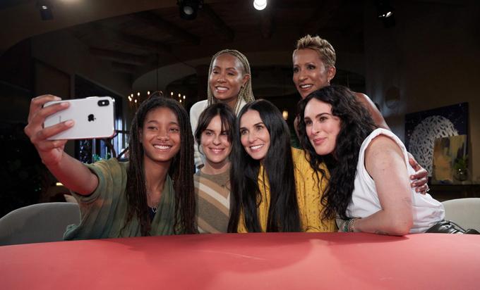 Demi Moore ngồi giữa hai con gái Rumer (phải) và Tallulah (thứ hai từ trái sang) trong cuộc phỏng vấn ngày 4/11. Ảnh: JJ.