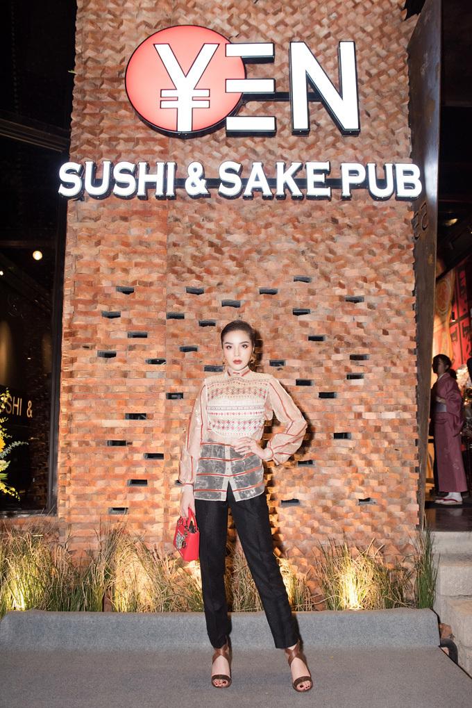 Không gian trải nghiệm ẩm thực tinh tế đến từng chi tiết, thiết kế nội thất pha trộn của nét hiện đại, sang trọng cùng phong cách truyền thống Nhật Bản có khả năng cho ra đời hàng trăm bức ảnh food styling cũng là lý do khiến Kỳ Duyên chọn YEN.