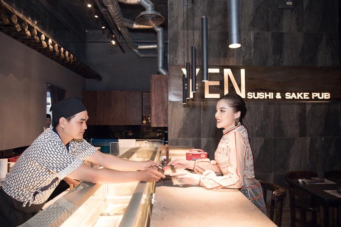 Người đẹp chia sẻ thói quen ăn uống, lựa chọn nhà hàng của cô không chỉ đơn giản theo tiêu chí ăn ngon, mặc đẹp mà còn phải đảm bảo không gian check-in lung linh. YEN Sushi luôn đi đầu về thiết kế và tỉ mỉ chăm chút tới từng chi tiết, tạo nên một Nhật Bản hiện đại giữa lòng Sài thành, hoa hậu nhận xét.