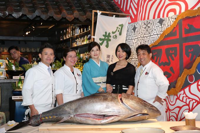 YEN Sushi luôn đảm bảo nguồn nguyên liệu tươi ngon, đúng chuẩn và an toàn bởi đội ngũ giám sát khắt khe tại Nhật trước khi cung cấp cho hệ thống. Món ăn được chế biến bởi bếp trưởng tài ba Kobayashi Takamasa có gần 30 năm kinh nghiệm và từng đảm nhiệm vai trò bếp trưởng trong các nhà hàng 5 sao tại Tokyo (Nhật Bản), HànQuốc, Đài Loan và hiện tại là YEN Sushi Việt Nam.