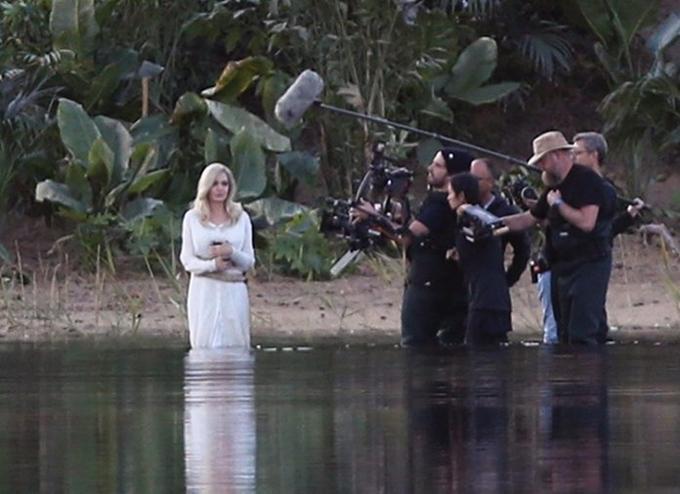 Jolie mặc váy trắng trên phim trường ở Anh hồi tháng 9.
