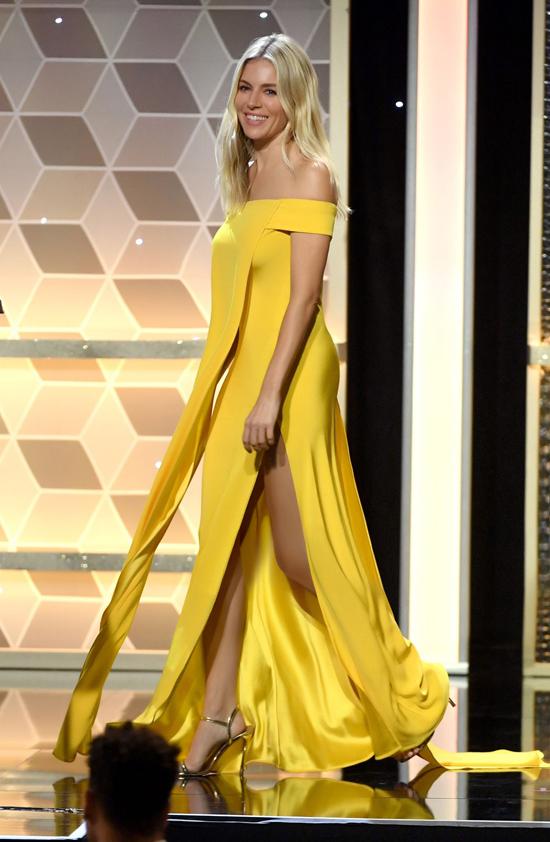 Váy lụa vàng với đường cut-out tôn nét sexy nằm trong bộ sưu tập Đi nhặt hạt sương nghiên của Công Trí được minh tinh nổi tiếng lựa chọn.