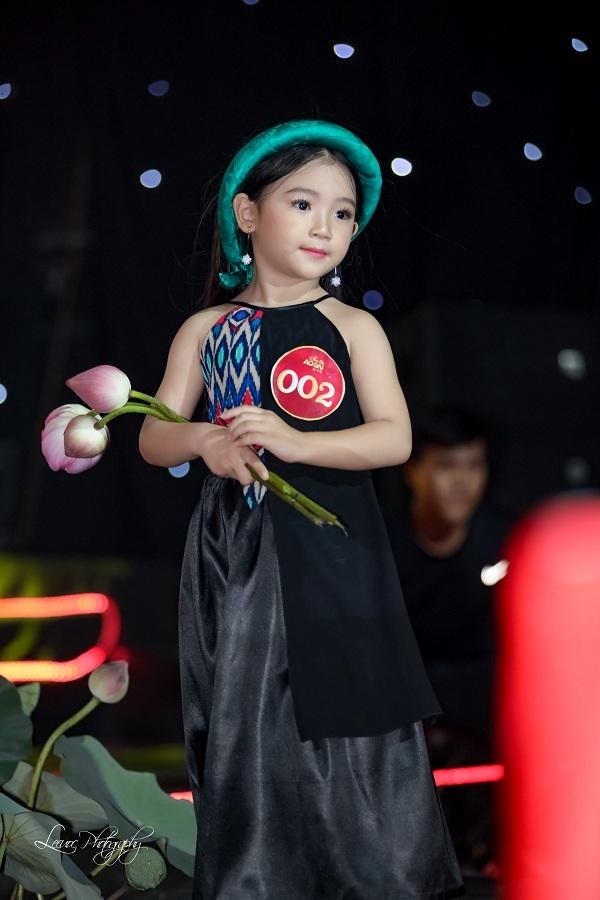 Người mẫu nhí Lyly Yến Oanh tên đầy đủ là Tô Hồng Yến Oanh, sinh năm 2013. Cô bé 6 tuổi này hiện là gương mặt đắt show trong làng mẫu nhí, được các nhà thiết kế yêu thích trong các show diễn thời trang và chụp hình quảng cáo.