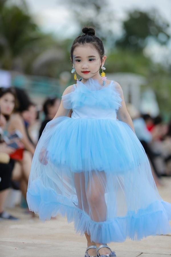 Cô bé 6 tuổi đoạt giải quán quân Siêu mẫu áo dài nhí 2019 - 9