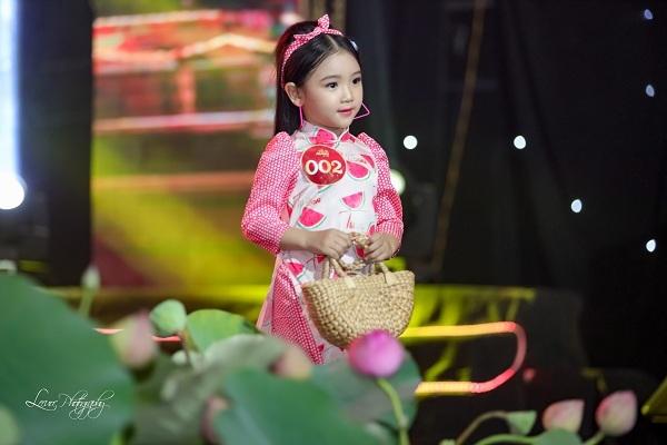 Búp bê của làng mẫu nhí Việt luôn trở thành tâm điểm chú ý trên sàn diễn bởi vẻ đẹp trong sáng, đáng yêu. Đặc biệt, với khả năng catwalk chuyên nghiệp và đầy tự tin, Lyly Yến Oanh khiến khán giả không khỏi tán dương và thích thú.