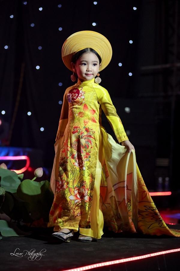 Lyly Yến Oanh vô cùng tỏa sáng trong phần trình diễn trang phục áo dài truyền thống tại Gala Vẻ Đẹp Á Đông. Bộ trang phục tuy cầu kỳ nhưng không làm khó được cô bé đam mê thời trang này.