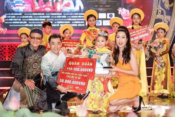 Với các màn thể hiện xuất sắc, LylyYến Oanh đã đăng quang ngôi vị quán quân Siêu mẫu áo dài nhí 2019 tại chương trình diễn ra vào cuối tháng 10 vừa qua.