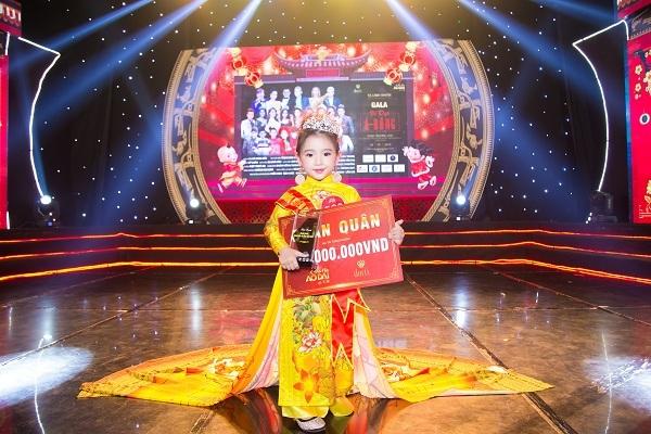 Sau chương trình, Lyly hồn nhiên cho biết điều khiến em vui nhất là được biểu diễn trên sân khấu với những bộ trang phục đẹp cho nhiều khán giả cùng thưởng thức.