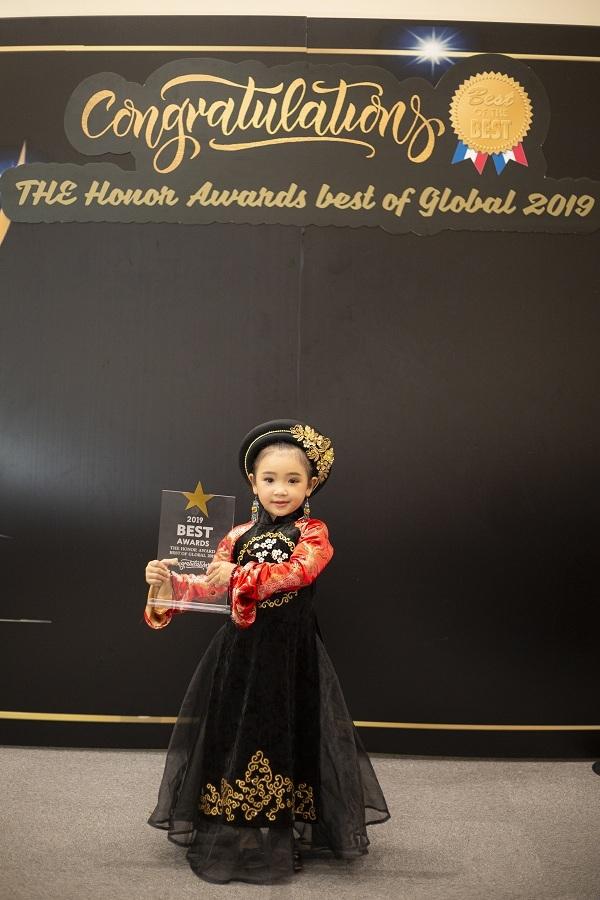 Trước đó, Lyly Yến Oanh cũng từng được trao tặng giải thưởng danh dự dành cho người mẫu nhí trong chuyến lưu diễn tại Thái Lan.