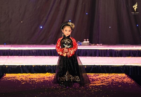 Dù chỉ mới chập chững vào lớp 1, Lyly Yến Oanh đã là mẫu nhí có kinh nghiệm biểu diễn thời trang trên khắp các sàn runway từ Nam ra Bắc, tích cực tham gia nhiều chương trình thiện nguyện ý nghĩa.