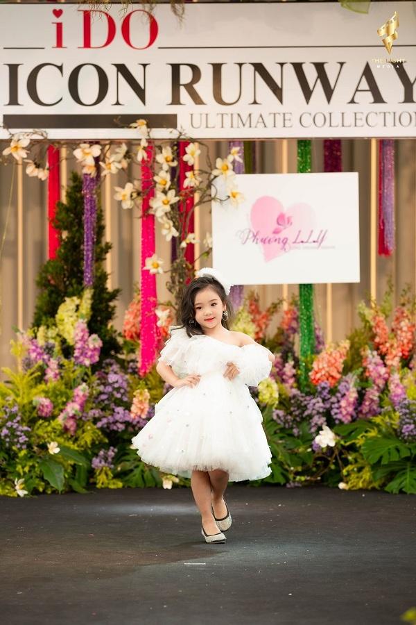 Nhờ vậy, cô bé bản lĩnh khi catwalk chuyên nghiệp trên sàn diễn thời trang quốc tế.