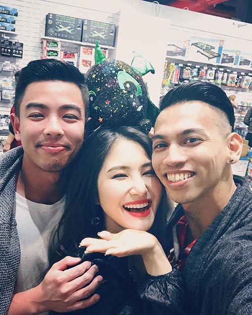Ca sĩ Hương Tràm tận hưởng cuộc sống vui vẻ bên những người bạn tại Mỹ.
