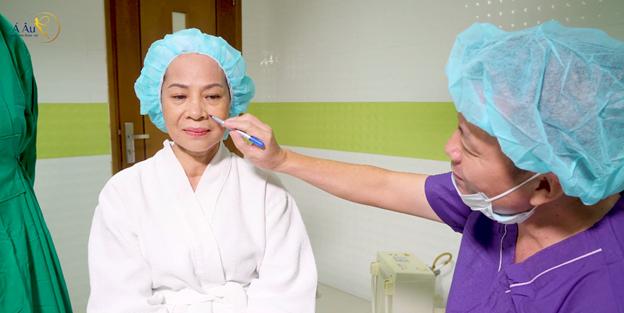 Bác sĩ Phan Thanh Hào trực tiếp trị liệucho cô Lan - mẹ của Thúy Hạnh.