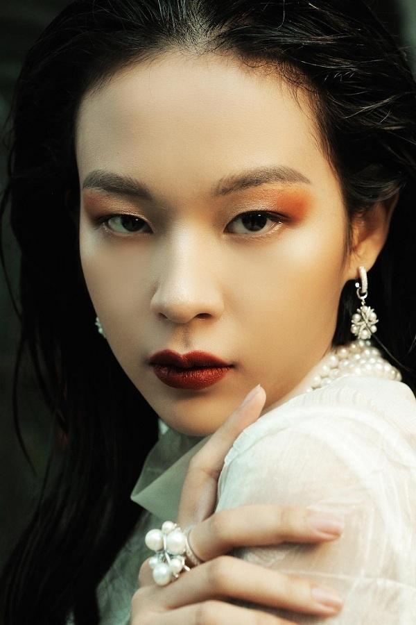 Loạt trang sức được Lê Thanh Hòa tận dụng trong show diễn bao gồm nhẫn, hoa tay, chuỗi ngọc trai, dây chuyền ngọc trai được thiết kế tỉ mỉ dựa trên ba loại ngọc trai chính là Akoya, Southsea và Tahiti.