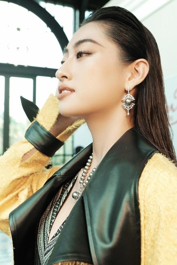 Hoa hậu Lương Thùy Linh được Lê Thanh Hòa điểm thêmdây chuyền ngọc trai, hoa tai bản tođể hình ảnh của cô trở nên nổi bật hơn.