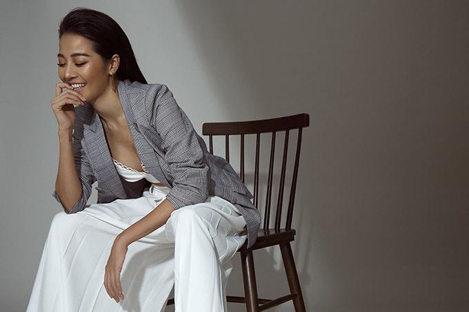 Sở hữu ngoại hình săn chắc, gợi cảm Karen Nguyễn thích diện các kiểu áo vest giúp khoe vòng một và làn da nâu khoẻ khoắn.