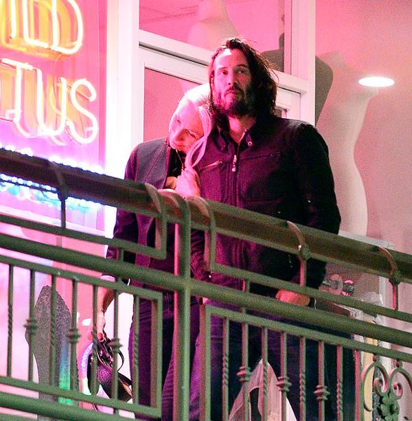 Alexandra tựa đầu vào vai Keanu khi đi ăn tối ở Los Angeles vào tháng 10. Ảnh: Mega.