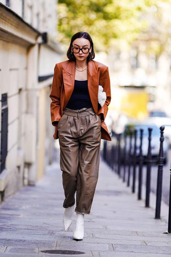 Diện áo vest vào mùa lạnh là phong cách được nhiều chị em yêu thích. Đặc biệt hơn là sử dụng các mẫu áo da để mix-match trang phục.